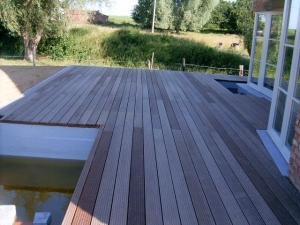 Colocación de una tarima de madera en una casa de la ciudad belga de ...